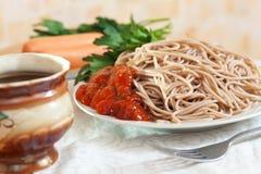 Pastas de los espaguetis con ketchup y las salchichas Fotografía de archivo libre de regalías