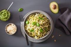 Pastas de los espaguetis con la salsa del pesto de la albahaca del aguacate fotografía de archivo