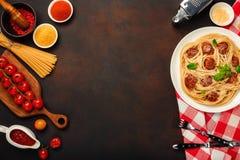Pastas de los espaguetis con las albóndigas, la salsa de tomate de cereza y el queso en fondo oxidado imágenes de archivo libres de regalías