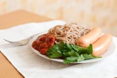 Pastas de los espaguetis con las salchichas Fotografía de archivo libre de regalías