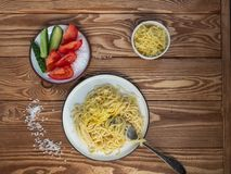 Pastas de los espaguetis con los tomates, la albahaca y el queso parmesano, visión superior imagen de archivo