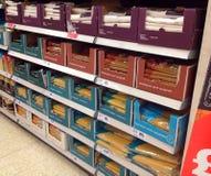 Pastas de los espaguetis en un estante de una tienda Fotografía de archivo
