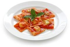 Pastas de los raviolis con la salsa de tomate, alimento italiano Imagen de archivo