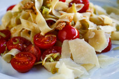 Pastas de los tallarines con los tomates y el queso de cereza Imagen de archivo libre de regalías