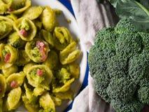Pastas de Orecchiette con bróculi, tocino y parmesano Fotos de archivo libres de regalías