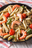 Pastas de Penne con el camarón, el tomate y el pesto en un primer de la placa VE Fotografía de archivo libre de regalías