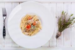 Pastas de Penne con el pollo y los tomates Fotos de archivo libres de regalías