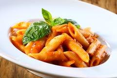 Pastas de Penne en salsa de tomate Foto de archivo libre de regalías