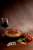 Pastas de Ragu y vino rojo Imagenes de archivo