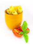 Pastas de Rigatoni en un tarro anaranjado Fotografía de archivo