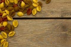 Pastas de Shell en la opinión de sobremesa de madera Fotos de archivo libres de regalías
