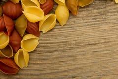 Pastas de Shell en la opinión de sobremesa de madera dejada Fotografía de archivo libre de regalías
