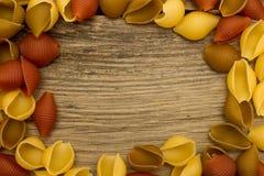 Pastas de Shell en marco de madera de la opinión de sobremesa Imagen de archivo
