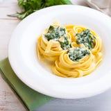 Pastas de Tagliatelle con la salsa y Spina del queso verde imagen de archivo
