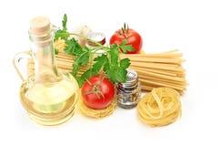 Pastas del ajuste con el tomate y el ajo Foto de archivo libre de regalías
