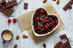 Pastas del chocolate en un cuenco en forma de corazón Imagen de archivo libre de regalías