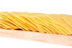 Pastas del Lasagna en la tarjeta de corte Imagenes de archivo