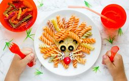 Pastas del león - la idea de la comida de la diversión para los niños almuerza, arte formado animal de la comida imagenes de archivo