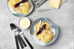 Pastas deliciosas con el pollo servido para la cena Foto de archivo libre de regalías