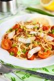 Pastas deliciosas frescas con la salsa de los pescados y de tomate Imágenes de archivo libres de regalías