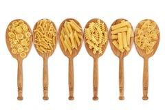 Pastas en cucharas del roble Fotografía de archivo