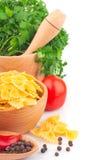 Pastas en cuenco y verdura Imagen de archivo