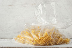 Pastas en el paquete del celofán horizontal Fotografía de archivo libre de regalías