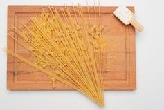 Pastas en el tablero de madera con la harina Foto de archivo libre de regalías
