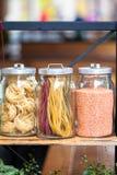 Pastas en el tarro En cocina los estantes son diferentes tipos de pastas en los tarros de cristal fotografía de archivo libre de regalías
