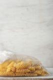 Pastas en la vertical del paquete del celofán Imágenes de archivo libres de regalías