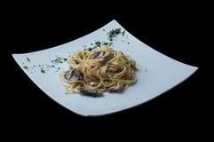 Pastas/espaguetis con las setas, pollo, salsa delicada Imagen de archivo