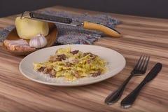 Pastas Farfalle con la salsa de Carbonara Fotografía de archivo