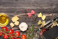 Pastas Farfalle, queso, tomates, aceite de oliva Imagen de archivo libre de regalías