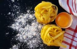 Pastas hechas en casa de los tallarines con los huevos Fotografía de archivo