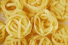 Pastas hechas en casa de los tallarines en un cierre de la caja blanca para arriba Imagen de archivo