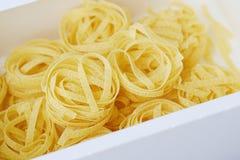 Pastas hechas en casa de los tallarines en un cierre de la caja blanca para arriba Imagenes de archivo