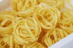 Pastas hechas en casa de los tallarines en un cierre de la caja blanca para arriba Imagen de archivo libre de regalías