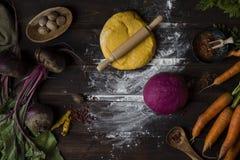 Pastas hechas en casa en proceso de cocinar imagen de archivo libre de regalías