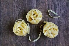 Pastas hermosas amarillas en la tabla de madera foto de archivo