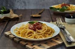 pastas italianas cocinadas apetitosas coloridas asty de los espaguetis con la salsa de tomate bolo??s imagen de archivo