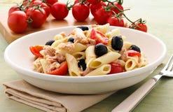 Pastas italianas con el atún, las aceitunas y los tomates Fotografía de archivo libre de regalías