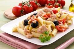 Pastas italianas con el atún, los tomates y las aceitunas Foto de archivo libre de regalías