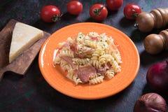 Pastas italianas con el prosciutto Imágenes de archivo libres de regalías