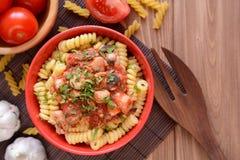 Pastas italianas con la carne del pollo y la salsa de tomate Imagen de archivo libre de regalías