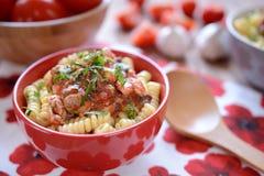 Pastas italianas con la carne del pollo y la salsa de tomate Fotos de archivo