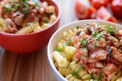 Pastas italianas con la carne del pollo y la salsa de tomate Imágenes de archivo libres de regalías