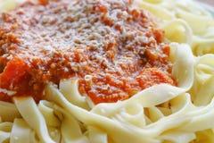 Pastas italianas con la salsa de tomate Fotografía de archivo libre de regalías