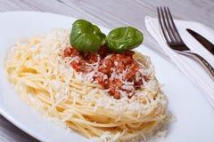 Pastas italianas con la salsa y el queso parmesano boloñeses Foto de archivo