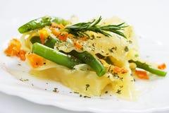 Pastas italianas con las habas verdes y la zanahoria Fotografía de archivo