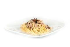Pastas italianas con las setas y el jamón Foto de archivo libre de regalías